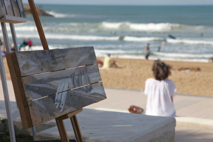 Photo par Biarritz.media de l'exposition Brouillarta avec une palette peinte de Gilles Lavie