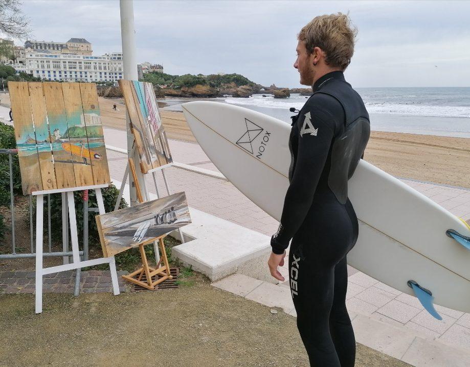 Un surfeur face aux palettes peintes de Gilles Lavie - Brouillarta 2019 - Biarritz