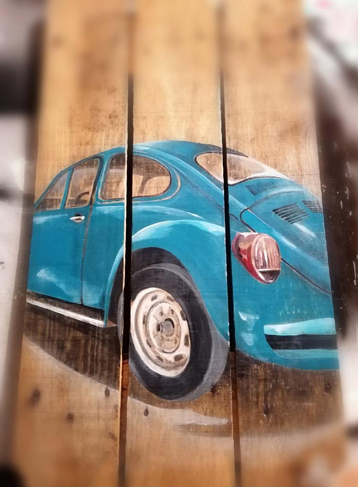 Coccinelle bleue peinte sur palette en bois