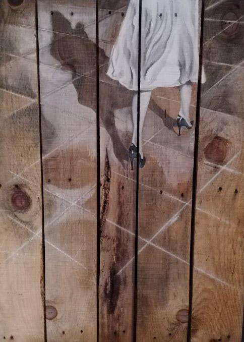 Peinture de jambes d'une passante avec talon