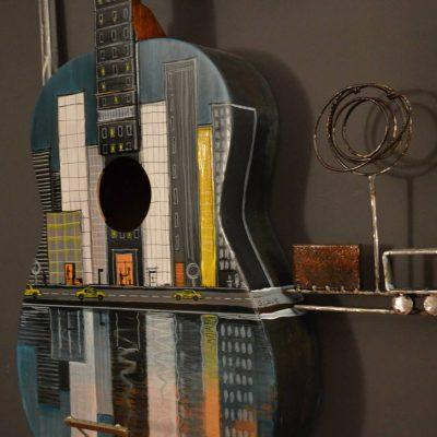 tableau de la collection fusion de Gilles Lavie: guitare peinte avec frise urbaine en métal